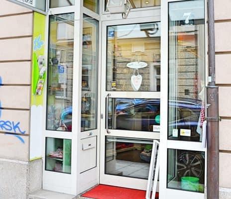 Eingang Cafe de Bambini - Cafe und Kindergeschäft in einem