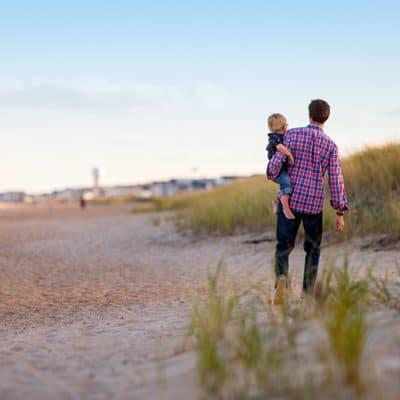 Sohn und Vater am Strand