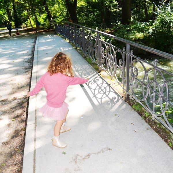 Kind in Pink im Stadtpark München - the urban kids