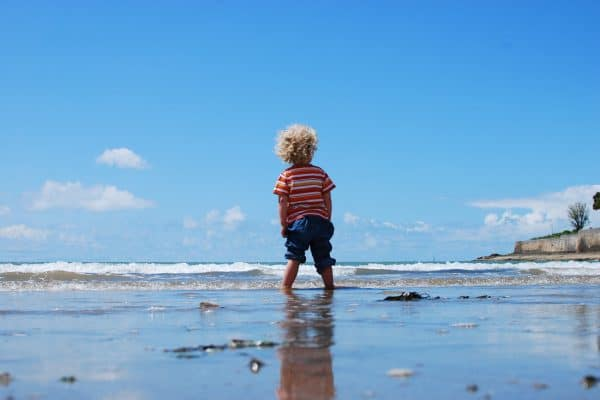 Kind am Meer auf Entdeckungstour
