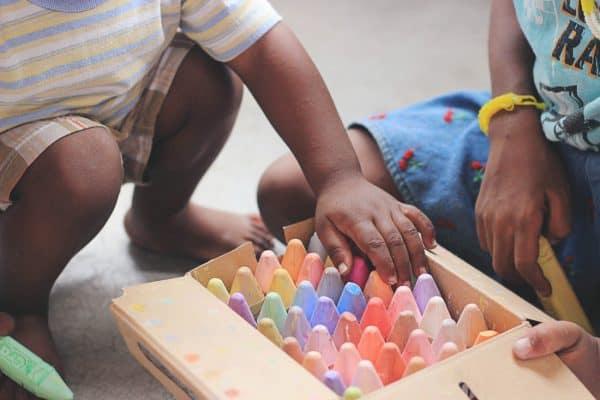 Kinder wählen Kreise aus einer Box