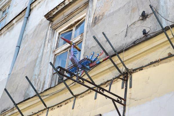Krative Skulptur am Eingang Lookarna in Krakau