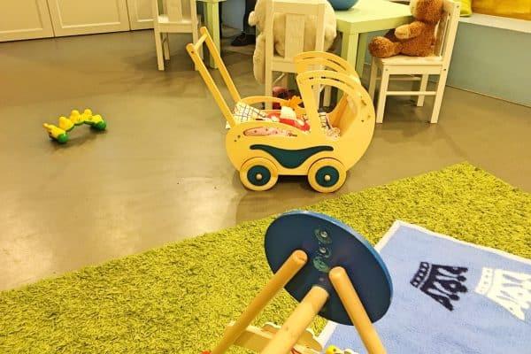 Eine Kinder-Spielecke im Cafe de Bambini in München. Bücher, Spielzeug