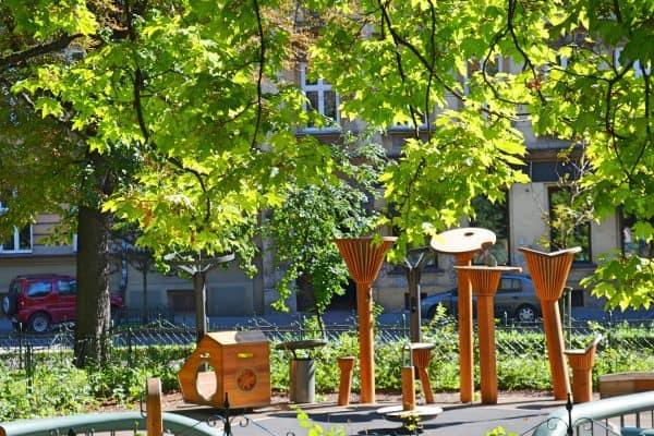 Fantasievolle Spielgeräte für Kinder auf dem Spielplatz in Krakau