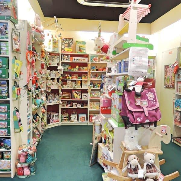 Holzspielzeug im Kinderladen Wunderschönes Spielzeug im Kinderladen Le Bonhomme de Bois