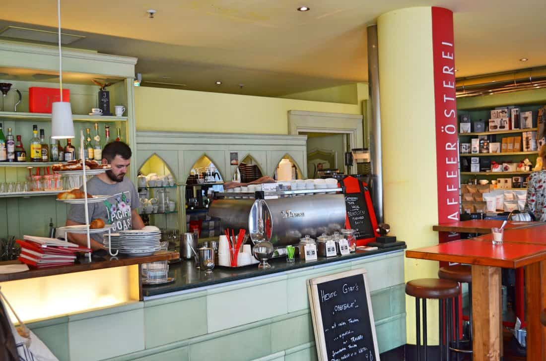 München Cafe Vits kinderfreundlich Spielecke Bar