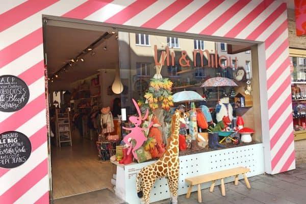 Eingang zum Geschäft Lili et Milou in München. Einzelhandel für Baby und Kinderbekleidung