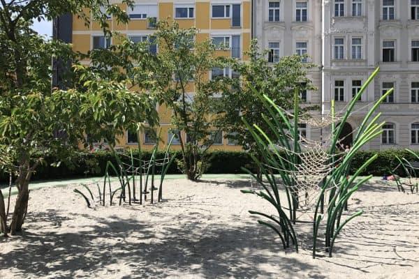 München outdoor Spielplatz Josephsplatz Klettergerüst