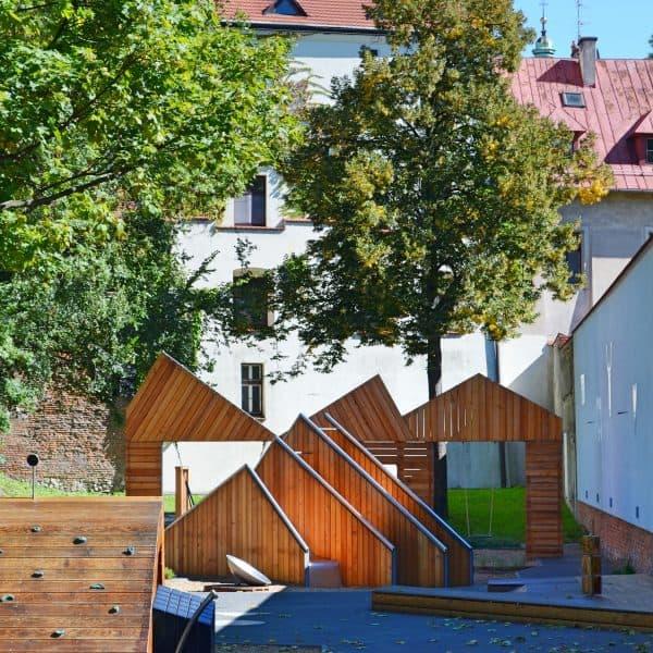 Holzspielplatz für Kinder im Archäologischen Garten