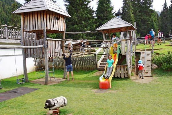 Seiser Alm Dolomiten Wanderweg mit Kindern Spielplatz