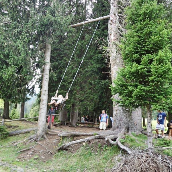 Seiser Alm Dolomiten Wanderweg mit Kindern Schaukel
