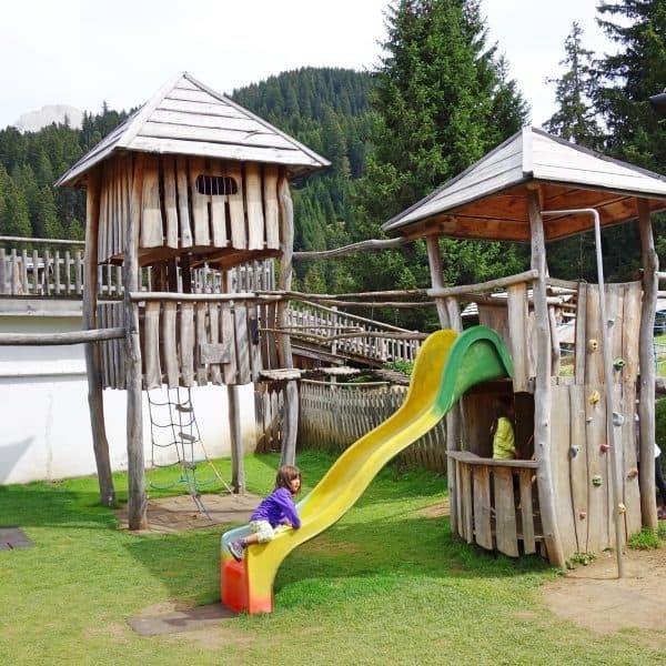Seiser Alm Dolomiten Wanderweg mit Kindern Naturpfad Baumhaus Spielplatz
