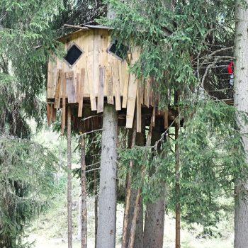 Seiser Alm Dolomiten Wanderweg mit Kindern Naturpfad Baumhaus