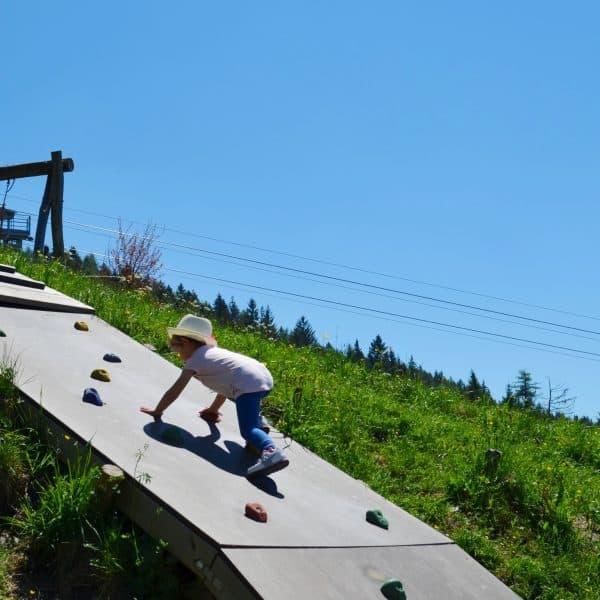Meran Taseralm Spielplatz Kletterwand