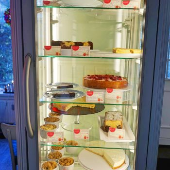 Schwedisches kinderfreundliches Café in Hamburg Winterhude, Spielzeug für Kinder vorhanden, Kinderspielplatz gegenüber