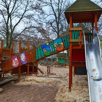 Drachenburgspielplatz Frankfurt mit Kind Kinderspielplatz Frankfurt