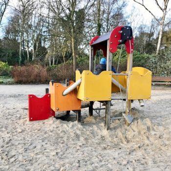 Spielplatz im Rombergpark in Dortmund mit Rutsche und Schaukel und Kleinkindbereich