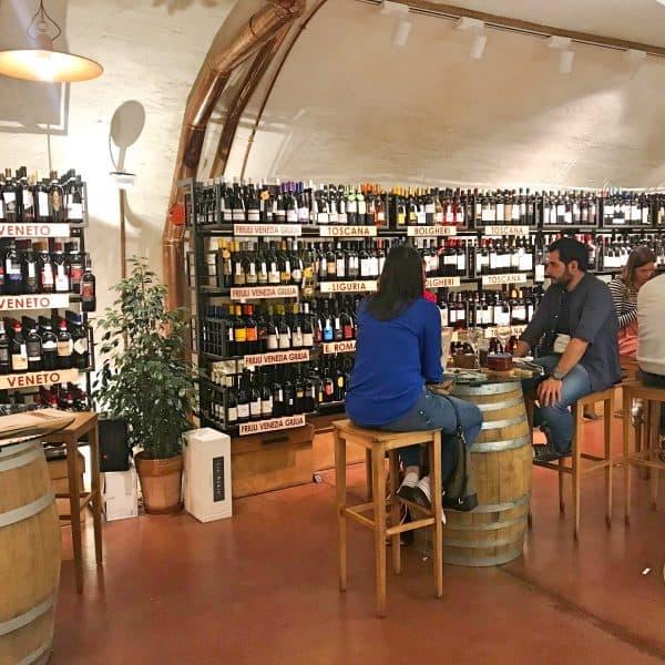 Weinrestaurant in Meran Italien mit kinderfreundlichem Innenhof, winery in Merano Italy with kids-friendly courtyard