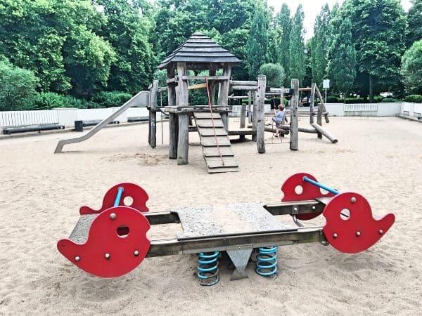 Spielplatz in Köln LIndenthal mit Schaukel, Rutsche und Kletterturm, the urban kids