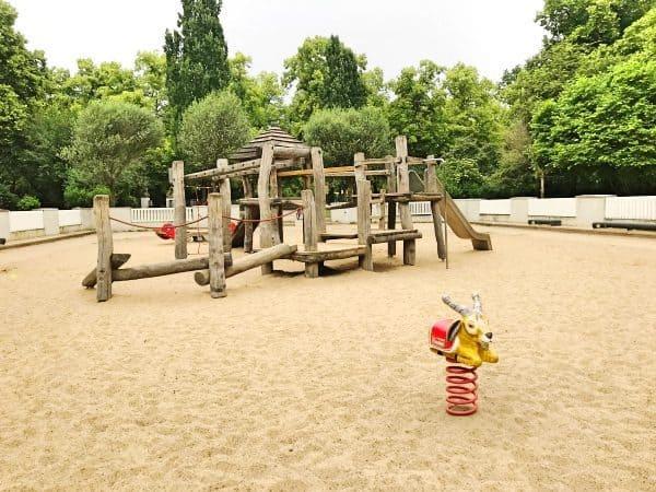 Spielplatz in Köln LIndenthal mit Schaukel, Rutsche und Kletterturm