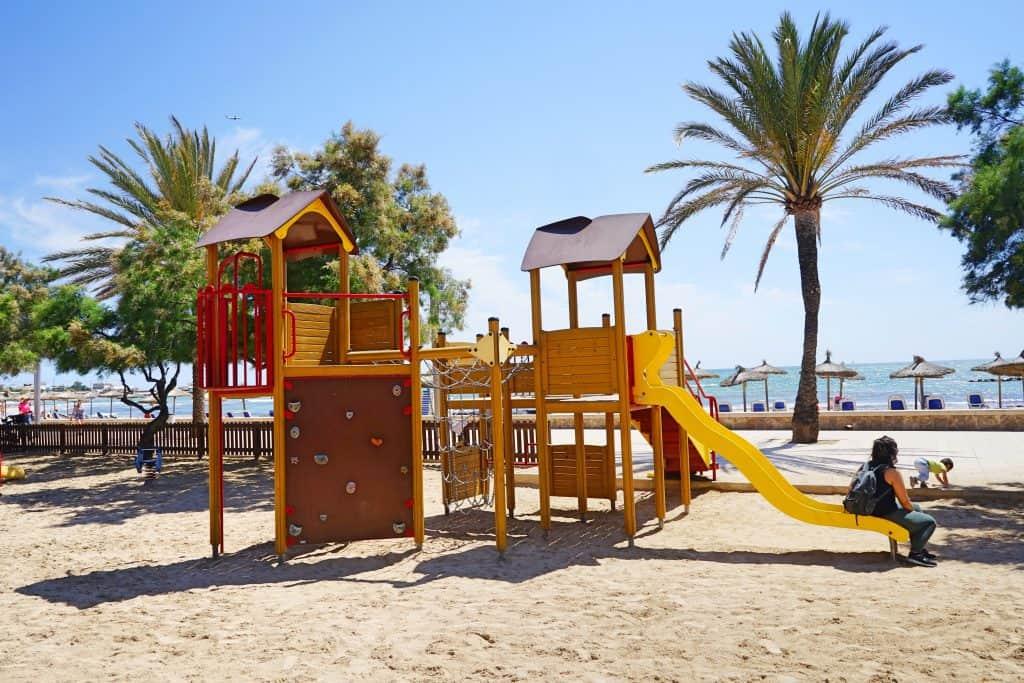 Kinderfreundlicher Stadtstrand ciudad jardin mit Spielplatz bei Palma, Mallorca, recommended by the urban kids