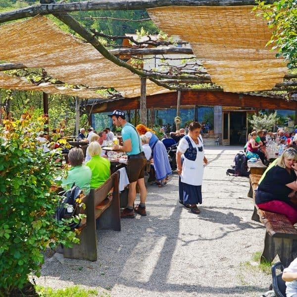 Kinderfreundlicher Gasthof Haidenhof in Marling in Italien mit Spielplatz, kidsfriendly Restaurant with playground
