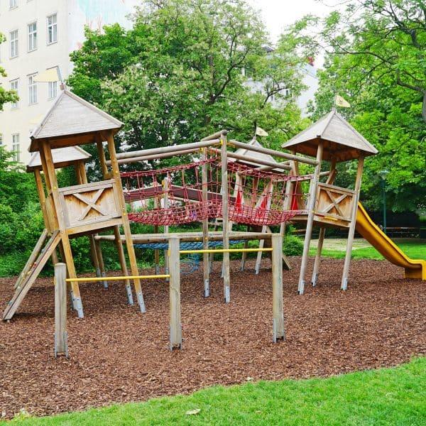 Spielplatz i, Alfred-Grünwald-Park neben dem Naschmarkt in Wien, Kinderspielplatz, Kleinkindbereich, Fußballplatz
