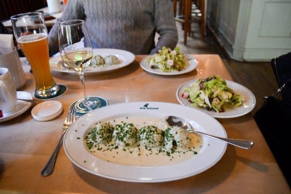 Traditionelles und familienfreundliches Restaurant die Weisse mit Kindern in Salzburg; Spinatknödel