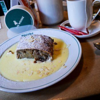 Traditionelles und familienfreundliches Restaurant die Weisse mit Kindern in Salzburg; Apfelstrudel