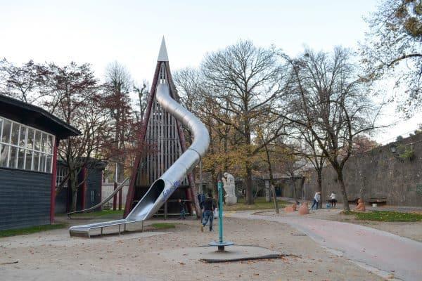 the urban kids Spielplatz in Salzburg Zauberflötenspielplatz, große Rutsche