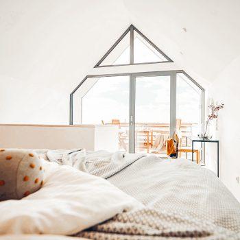 familienfreundliche Ferienhäuser an der Ostsee_The Villas Fehmarn; großes Schlafzimmer mit Ausblick