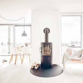 familienfreundliche Ferienhäuser an der Ostsee_The Villas Fehmarn; Gemütliches Wohnzimmer mit Kamin