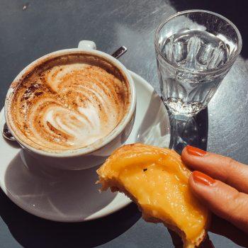 Pastel de Nata und Kaffee im Café Lesbar in Bern mit Kindern