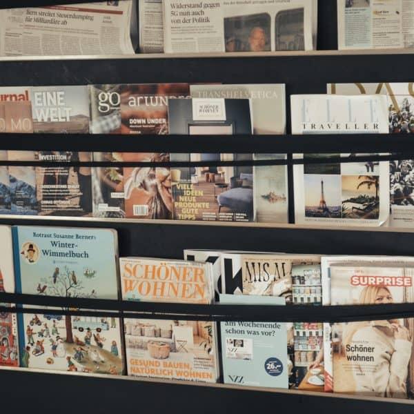 Leseecke mit Kinderbüchern im kinderfreundliche Café in Bern