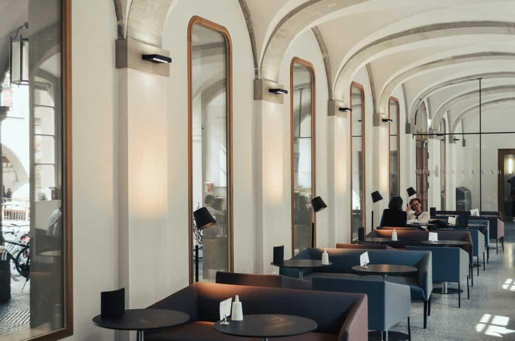 Innenbereich des kinderfreundlichen Cafés in Bern - Lesbar