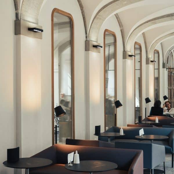 moderner Innenbereich des kinderfreundlichen Cafés in Bern - Lesbar