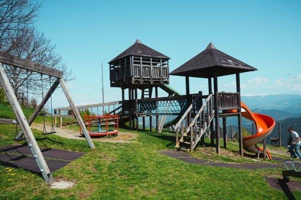 Kaernten mit Kind, Familienausflug zum Magdalensberg, familienfreundliches Restaurant Gipfelhaus