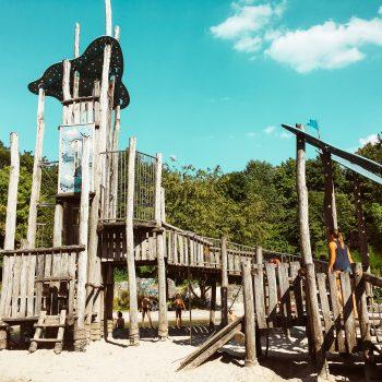 Wasserspielplatz im Westpark in München mit Kind