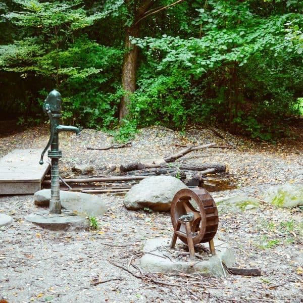 Spielplatz am Ökologischen Bildungszentrum_Wasserpumpe_Wasserspielplatz in München mit Kindern