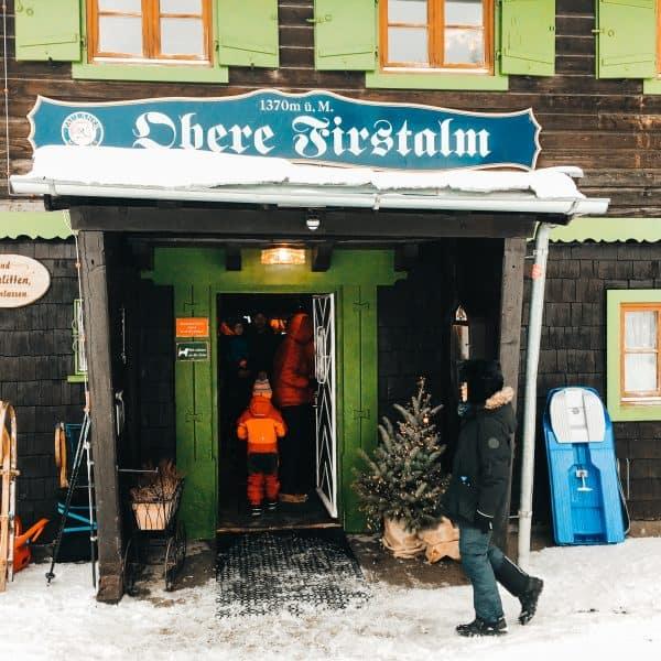 Almhütte Obere Firstalm am Spitzingsee mit Rodelverleih - familienfreundliche Hütte für Wanderungen mit Kindern