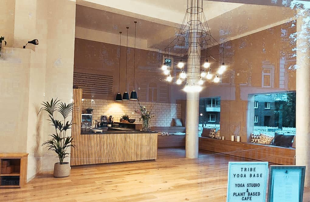 KRAFT TANKEN IN DER TRIBE YOGA BASE MIT PLANT BASED CAFÉ IN HAMBURG