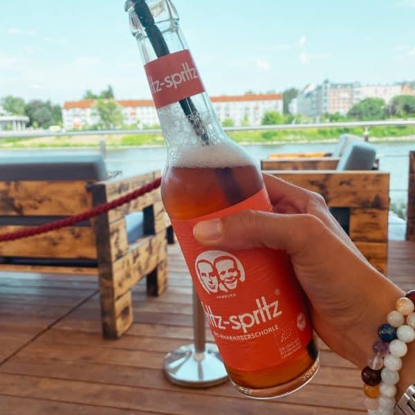 Entspannte Eltern finden sich in der Strandbar in Magdeburg