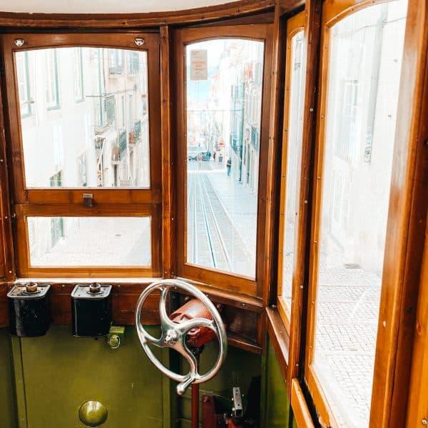 Stadttour mit der Tram 28E durch Lissabon mit Kinder