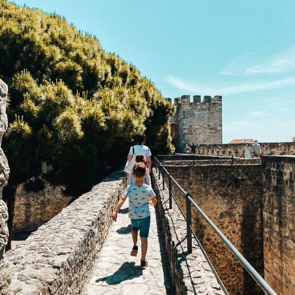 Auf Entdeckungsreise mit Kinder - in Lissabon auf den Burgmauern spazieren